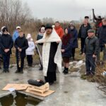 Освящение воды в озере на Крещение.